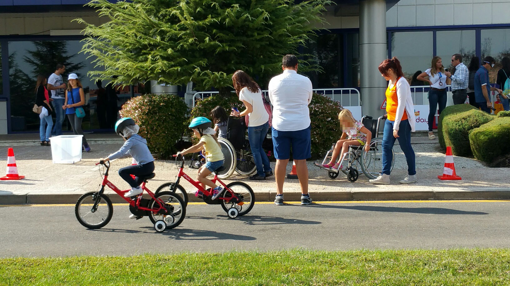 Trabajadores y familiares de Qualicaps disfrutan de un día de seguridad vial de la mano de Fundtrafic