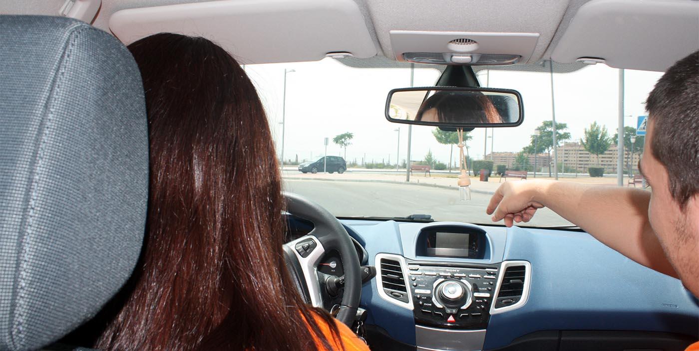 Los adelantamientos incorrectos, la infracción que más molesta a los conductores