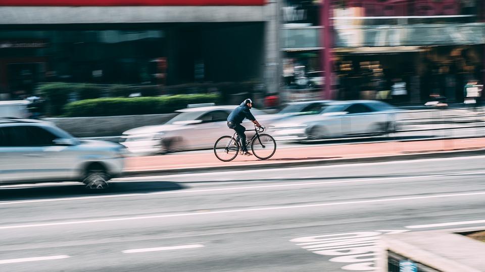 Ciclistas y conductores deben conocer las normas 'del otro'