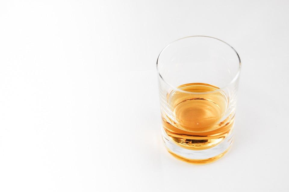 conducción bajo los efectos del alcohol y drogas vaso