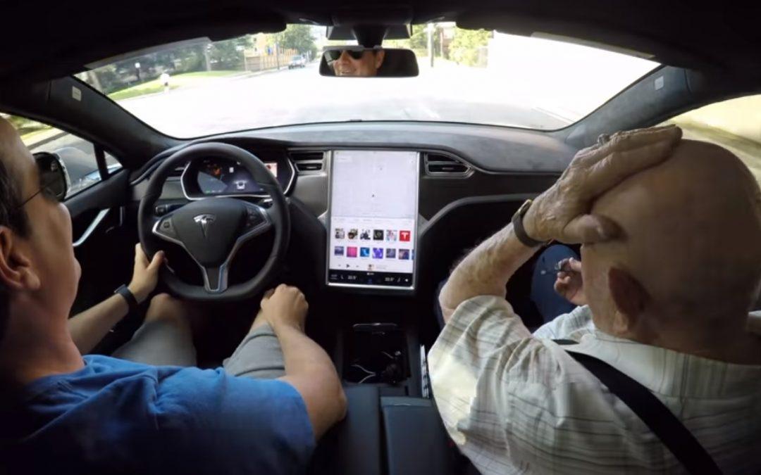 Entrañable la reacción de este anciano de 97 años al probar un Tesla